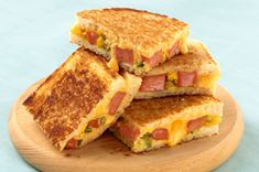 Hot Dogs + Grilled Cheese = Your kids new favorite combo -- #recipe #kidfriendly #dinner #easy #sandwich #KraftGrilledCheese