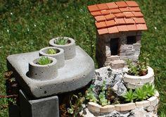 Caseta de jardinero sobre montaña de piedra con balcones de ladrillos y muro de cemento con jardín vertical #succulents #sempervivum #concrete