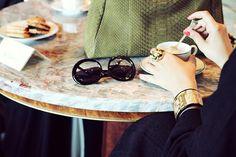 Un café, une parisienne