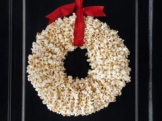 DIY Popcorn Wreath guide from #FNMag for the #EasiestHolidayEver