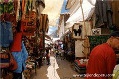 En la feria de Pisac se puede encontrar gran variedad de artesanías, entre estas los tejidos en telar y prendas tejidas y bordadas a dos agujas con lanas naturales.   Cusco, Perú