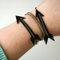 DIY - Leather arrow bracelet. Made from an old belt and a necklace! @By Wilma