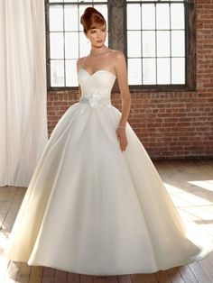 (FITS0242071 )2012 Style Ball Gown Sweetheart  Hand-Made Flower Sleeveless Sweep / Brush Train Organza Ivory Wedding Dress For Brides
