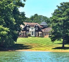 classy-virginia-belle:  georgia-prep:  Saw this house on the lake yesterday I will marry anyone who buys me this on the spot I can cook and clean and I promise I'd be a great wife   Pls