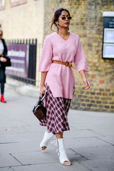 Winning Street Style From London Fashion Week Spring 2019- HarpersBAZAAR.com #streetclothesstyles