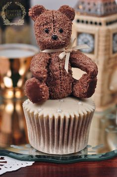 Make this adorable modeling chocolate teddy bear topper for your cakes and cupcakes with this free cake decorating tutorial!