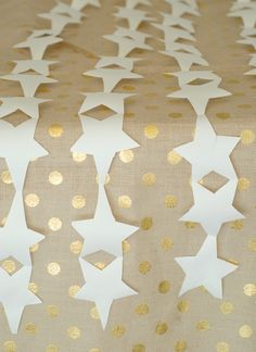 paper star table runner - 13 great summer party hacks | A Subtle Revelry