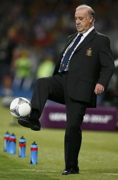Spain's coach Vicente del Bosque controls the ball during their Euro 2012 final soccer match against Italy at the Olympic Stadium in Kiev, July 1, 2012. Also pictured are Italy's Gianluigi Buffon, Andrea Barzagli and Leonardo Bonucci (L-R). REUTERS/Kai Pfaffenbach (UKRAINE - Tags: SPORT SOCCER) REUTERS http://fb.com/WeAreLebanon