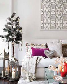 Sala de estar com decoração de natal em tons neutros, detalhes com cores quentes
