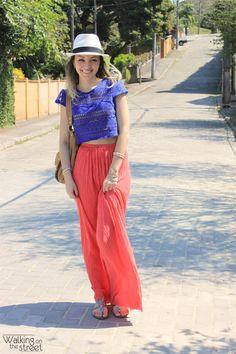 Look top cropped azul saia longa rosa