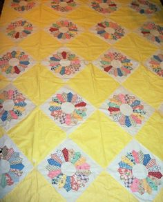Here is a 1930′s vintage Dresden Plate quilt pattern using feed sack material in the Dresden Plates.