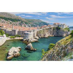 Dubrovnik, Croacia En años recientes, Croacia se ha vuelto uno de los destinos turísticos más populares en Europa; Dubrovnik, una ciudad medieval, es su corazón. Pasa tus días observando las vistas de la bahía desde las famosas paredes de la vieja ciudad, o toma un viaje en bote a Lokrum, una isla boscosa que incluye un monasterio, una fortaleza, un jardín botánico y una playa naturista.
