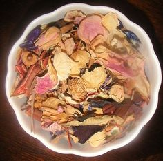 Tips to make potpourri using flowers and household items.