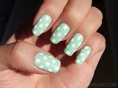 Decoração de unhas com bolinhas. #unhasdecoradas #beleza