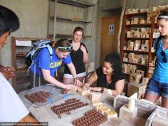 Applied Anthropology students learn how to make crafts from local artisans in Peru.