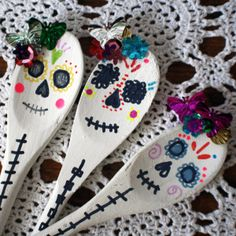 scrumdillydilly: spoons a la dia de los muertos (items needed to make are wooden spoons, white paint, colored sharpies, and sequins)