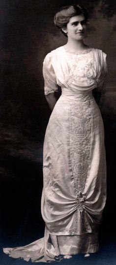 Wedding gown, 1910s.