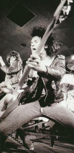 NOCHE DE PUNK-Oi!-HC lun y jue 20hs mie.21hs *Visita www.radiodelospueblos.com y escúchanos por internet !!!    The Ramones (nice scrotum shot...LoL)
