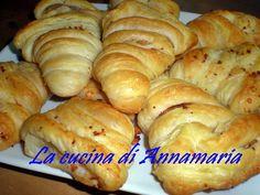 SFOGLIATE RUSTICHE - Qui la #ricetta #BlogGz: http://blog.giallozafferano.it/lacucinadiannama/sfogliate-rustiche-ricetta-delle-feste/ #GialloZafferano #pane #aperitivo #antipasto