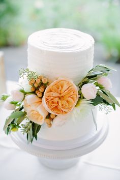 wedding cake with peach garden roses, photo by Shane and Lauren Photography http://ruffledblog.com/romantic-wedding-meets-winery-chic #weddingcake #cakes
