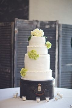 Love the old hat box as the cake stand. hat boxes, wedding decorations, simple weddings, cake stands, wedding cakes, display, vintage hats, vintage luggage, suitcas