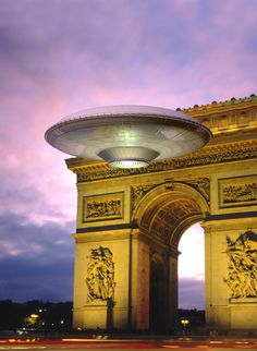 UFO: UFO over Paris, art by Luca Oleastri - www.innovari.it
