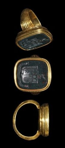 16th-17th century AD. An English heraldic signet ring.