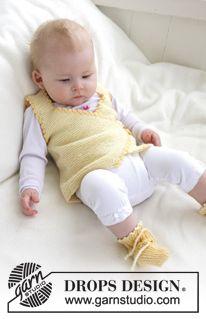 """Chaleco y patucos / botitas DROPS tejidos en punto musgo, con orillas en ganchillo, en """"Baby Merino"""". ~ DROPS Design"""