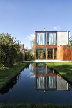 Smart Material Choices Blend This Home Into Its Surroundings