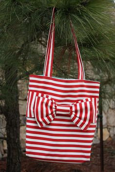 SO in love with this bag.  The tutorial looks easy too.  great gifts!