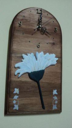 Reloj base de madera con flor en relieve pintada a mano.Por Zimek Artesanias