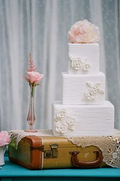 love the idea of using the suitcase for the cake stand. unique!