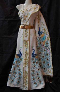 Robe traditionnelle thaïlandaise avec décorations brillantes Paon
