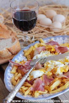 Huevos rotos con patatas y jamón. Receta paso a pa...