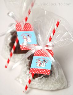 Bake cookies and add these free printable snowman gift tags for easy and adorable Holiday DIY gifts.