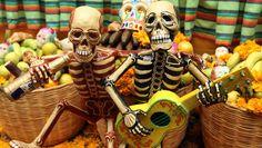 Calacas tocando para el Día de Muertos
