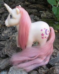 mi pony blanco se llamaba LUNA =)