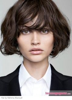 This on trend messy medium haircut radiates a modern and 'je ne sais quoi' allure. Let your hair dry naturally and skip the use of a comb to achieve this texture.