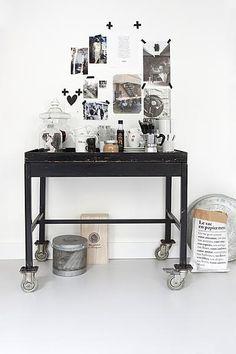 Maak de broodnodige opbergruimte in de keuken leuk om naar te kijken door er een collage aan foto's bij te hangen.