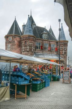 Saturday organic food market at Nieuwmarkt in Amsterdam with in the background De Waag, once a part of the medieval city gate. Robert Diel : Photo