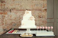 Presentación del pastel de bodas y algunos dulces