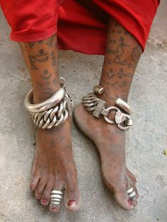India | Tattoos and jewellery of a village labourer in Diu | © Meena Kadri. I love anklets.