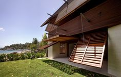 Australia's Pittwater House Opens and Closes With Timber Shade Facade