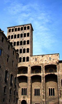 plaça del Rei de Barcelona, amb la façana del Palau Reial Major; a l'esquerra, el Palau del Lloctinent, i a la dreta la capella de Santa Àgata   http://www.bcn.cat/museuhistoriaciutat/ca/map_centres.html