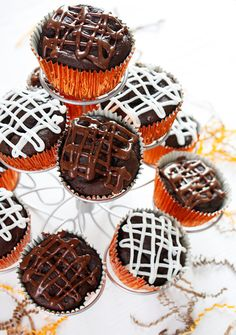 3 ingredient healthy chocolate cupcakes: box cake mix, pumpkin, pudding mix, water