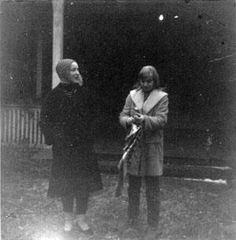 Lois and Edie in front of Grey Gardens, late 1960s.