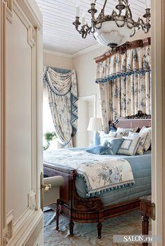 Спальня родителей.  Кровать, Scott Thomas Furniture. Светильники, Badari Lighting. Обои, Sanderson. Ткани для штор, Blendworth
