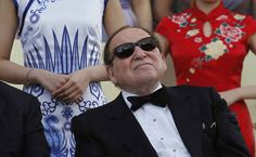 Sheldon Adelson, a billionaire casino boss, who was one of Newt Gingrich's top backers, has become Mitt Romney's largest donor