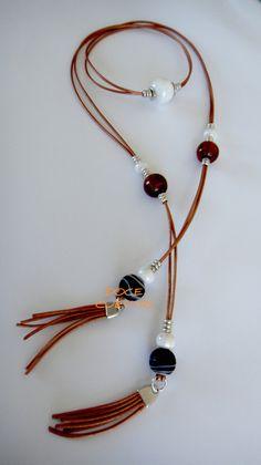 Collar de cuero color marrón claro con cuentas cerámicas y de vidrio y piezas de zamank con baño de plata