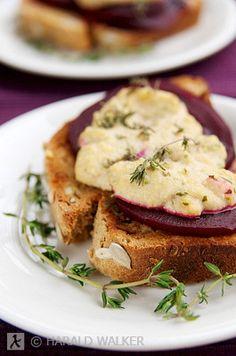 #Vegan Beet Bruschetta with homemade vegan 'blue cheese'
